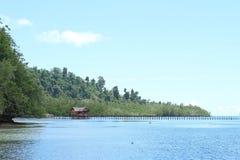 Bungalow privato sull'acqua di mare tropicale Immagini Stock