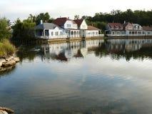 Bungalow vid en sjö arkivfoton