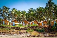 Bungalow wśród drzewek palmowych Zdjęcia Royalty Free