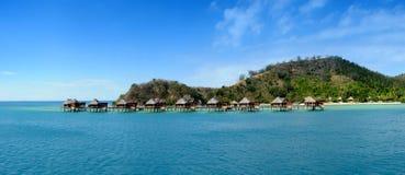 bungalower över vatten fotografering för bildbyråer
