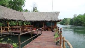 Bungalower på den Kwai floden i nordvästliga Thailand