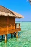 Bungalower på den tropiska Maldiverna ön Royaltyfri Bild