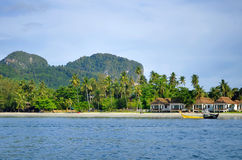 Bungalows auf Haad Sivalai setzen auf Mook-Insel auf den Strand lizenzfreies stockbild