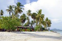Bungalows auf Haad Sivalai setzen auf Mook-Insel auf den Strand lizenzfreie stockbilder