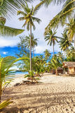 Bungalows baratos em uma praia tropical Fotos de Stock