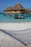 Bungalows da água, Bora Bora fotos de stock