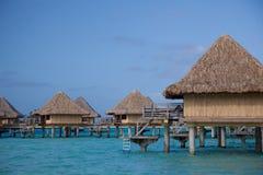 Bungalows da água, Bora Bora imagem de stock royalty free