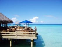 Bungalows da água e oceano azul do céu e o azul Imagens de Stock Royalty Free