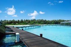 Bungalows da água e oceano azul do céu e o azul Fotografia de Stock Royalty Free