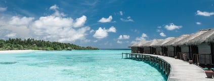 Bungalows da água nos maldives imagens de stock royalty free