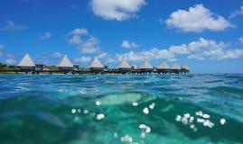Bungalows de Overwater na lagoa Nova Caledônia foto de stock