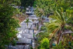 Bungalows do telhado na selva da palma Fotografia de Stock