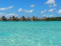 Bungalows em Bora-Bora, Polinésia francesa da água fotografia de stock royalty free