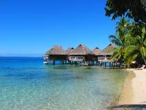Bungalows em Bora-Bora, Polinésia francesa da água fotos de stock royalty free