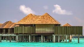 Bungalows na ilha do irufushi, maldives fotografia de stock royalty free