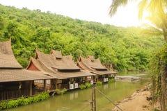 Bungalowslandmark do hotel do rio na água Tailândia foto de stock royalty free