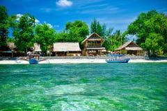 Bungalowwen op het strand met palmen Sumatra, Indonesië wordt omringd dat Stock Afbeeldingen