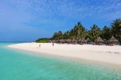 Bungalowy z pokrywającymi strzechą dachami na plaży Zdjęcie Royalty Free