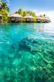 bungalowy zielenieją lagunę nad kroków wodą obraz royalty free