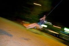 Bungee ταλάντευσης κοριτσιών τη νύχτα Στοκ Φωτογραφίες