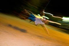 Bungee ταλάντευσης κοριτσιών τη νύχτα Στοκ Εικόνα