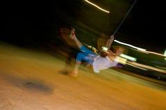 Bungee ταλάντευσης κοριτσιών τη νύχτα Στοκ φωτογραφία με δικαίωμα ελεύθερης χρήσης