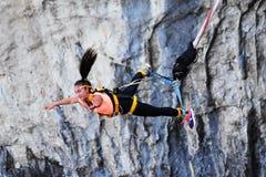 Bungee skoki, ekstremum i zabawa sport, Zdjęcie Stock
