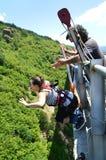 Bungeehopp från en hög bro Arkivfoton