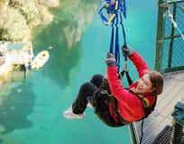 Bungy που πηδά από τη γέφυρα στην ακραία ταλάντευση στη λίμνη Στοκ Φωτογραφίες