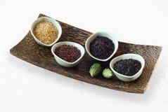 4 bunkar av rå ris Arkivbild