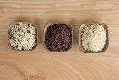 3 bunkar av rå ris Arkivfoto