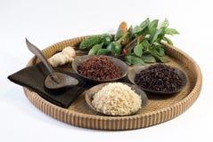 3 bunkar av rå ris; brunt som är röd och svarta ris Arkivfoto