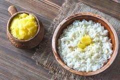 Bunkar av ris och Ghee klargjort smör Arkivfoton