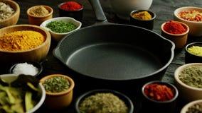 Bunkar med kryddor och pannan stock video