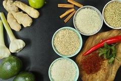 Bunkar med olika typer av ris, grönsaker och kryddor Royaltyfri Fotografi