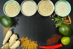 Bunkar med olika typer av ris, grönsaker och kryddor kopierar s Arkivbild