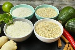 Bunkar med olika typer av ris, grönsaker och kryddor kopierar s Royaltyfri Foto