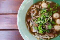 Bunke av bitter thai grisköttnudelsoppa Royaltyfri Fotografi