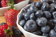 Bunke av blåbär och jordgubbar Royaltyfria Foton