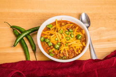 Bunke av chili med ost och peppar vid den röda handduken Royaltyfria Foton