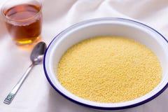 Bunke av couscous på den vita bordduken Arkivfoton