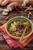 Bunke av den kryddiga meerebuset med pinnar, malaysian kokkonst arkivfoton