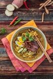 Bunke av den kryddiga meerebuset med pinnar, malaysian kokkonst royaltyfria foton
