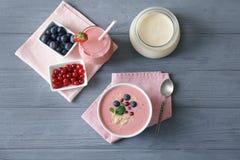 Bunke av den nya jordgubbeyoghurtsmoothien med bär Royaltyfri Bild