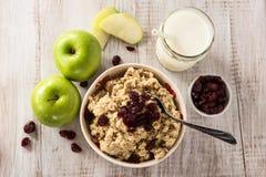Bunke av den sunda frukosthavremjölet för hjärta med frukt Royaltyfri Foto