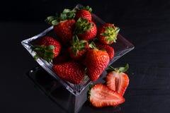 Bunke av exponeringsglas med jordgubbar arkivbild