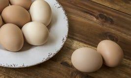 Bunke av fega ägg, träbakgrund Royaltyfria Foton