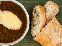 Bunke av fransk löksoppa med rostat bröd och smältt ost Arkivbild