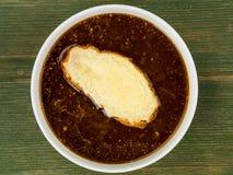 Bunke av fransk löksoppa med rostat bröd och smältt ost Arkivfoton