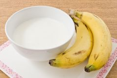 Bunke av hemlagad yoghurt med den organiska bananen royaltyfria bilder
